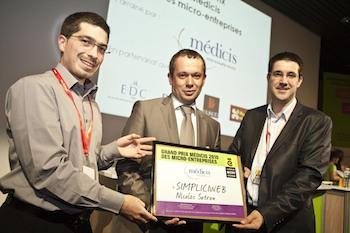 Monsieur Clerc entouré des co-créateurs de la solution de vente en ligne Clic And Cash